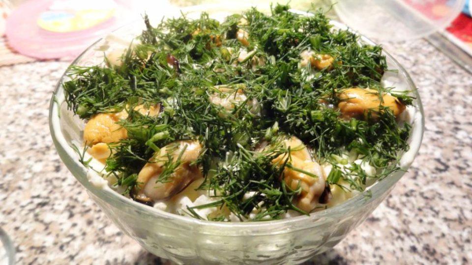 Салат с крабовыми палочками и мидиями