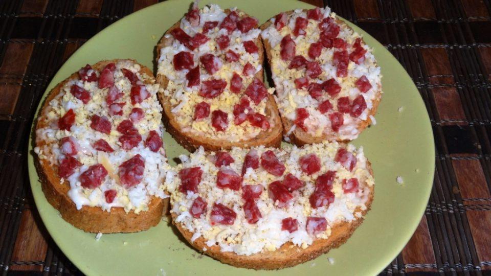 бутерброды с яйцом и колбасой