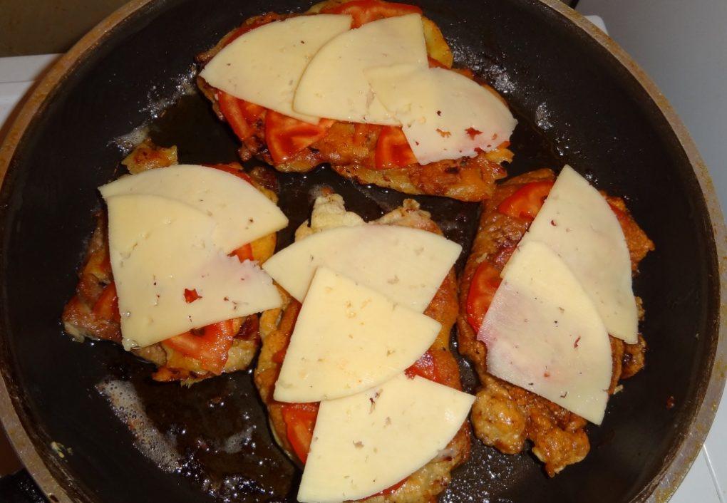 Отбивные с сыром и помидорами