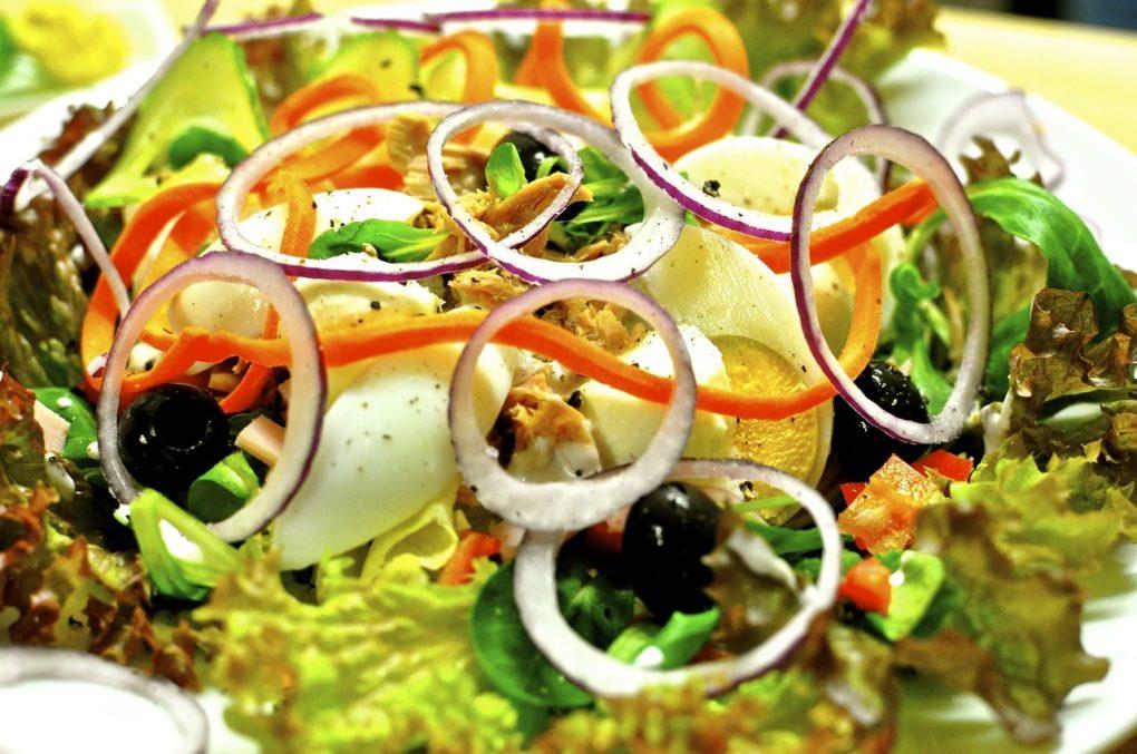 Праздничный овощной салат с тунцом и творогом